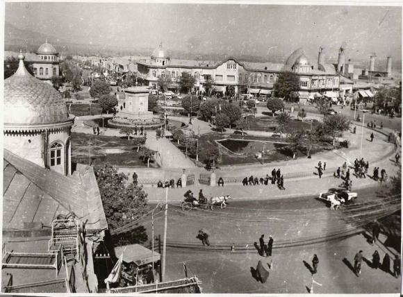 قدیمی ترین عکس از بالا میدان امام و تردد کالسکه در همدان