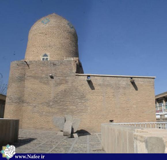 مقبره استرو و مردخای در مرکز شهر همدان، ابتدای خیابان دکتر شریعتی (خیابان عباس آباد)قراردارد