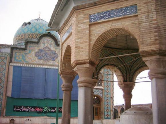 امام زاده شاهزاده حسین عموی امام زمان (عج) در پشت بانک ملی میدان مرکزی شهر همدان