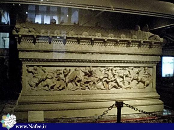 قبر اسکندر در شهر همدان و در خیابان نظر بیک نزدیك تپه هگمتانه واقع شده است. در مورد صاحب قبر نظرات مختلفی ابراز شده است.