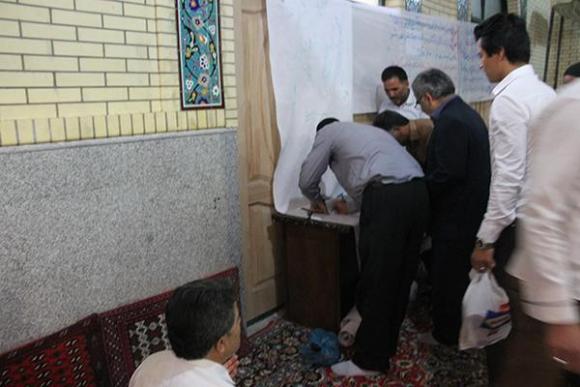 تایید و امضای طومار حمایت مردم رزن از گزاره برگ ملت ایران برای مذاکرات هسته ای/تصاویر
