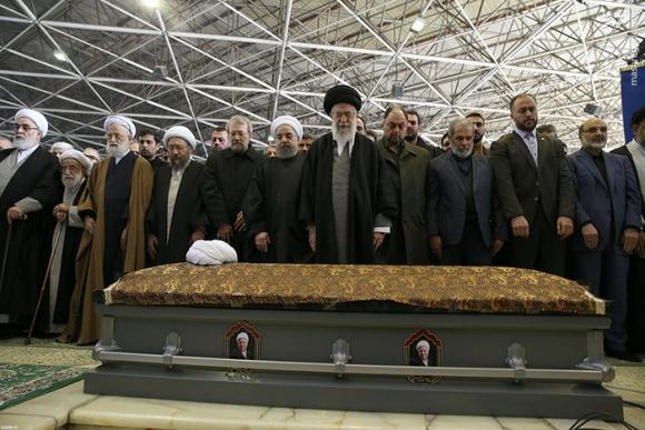 اقامه نماز رهبر انقلاب بر پیکر آیت الله هاشمی رفسنجانی