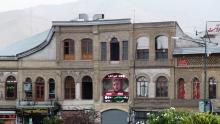 تابلوهای سردر مغازه ها نمای تاریخی اطراف میدان اصلی همدان را پوشانده است